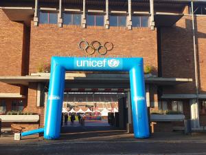 Phanos Olympisch Stadionloop 2020 - UNICEF boog bij poort Olympisch Stadion